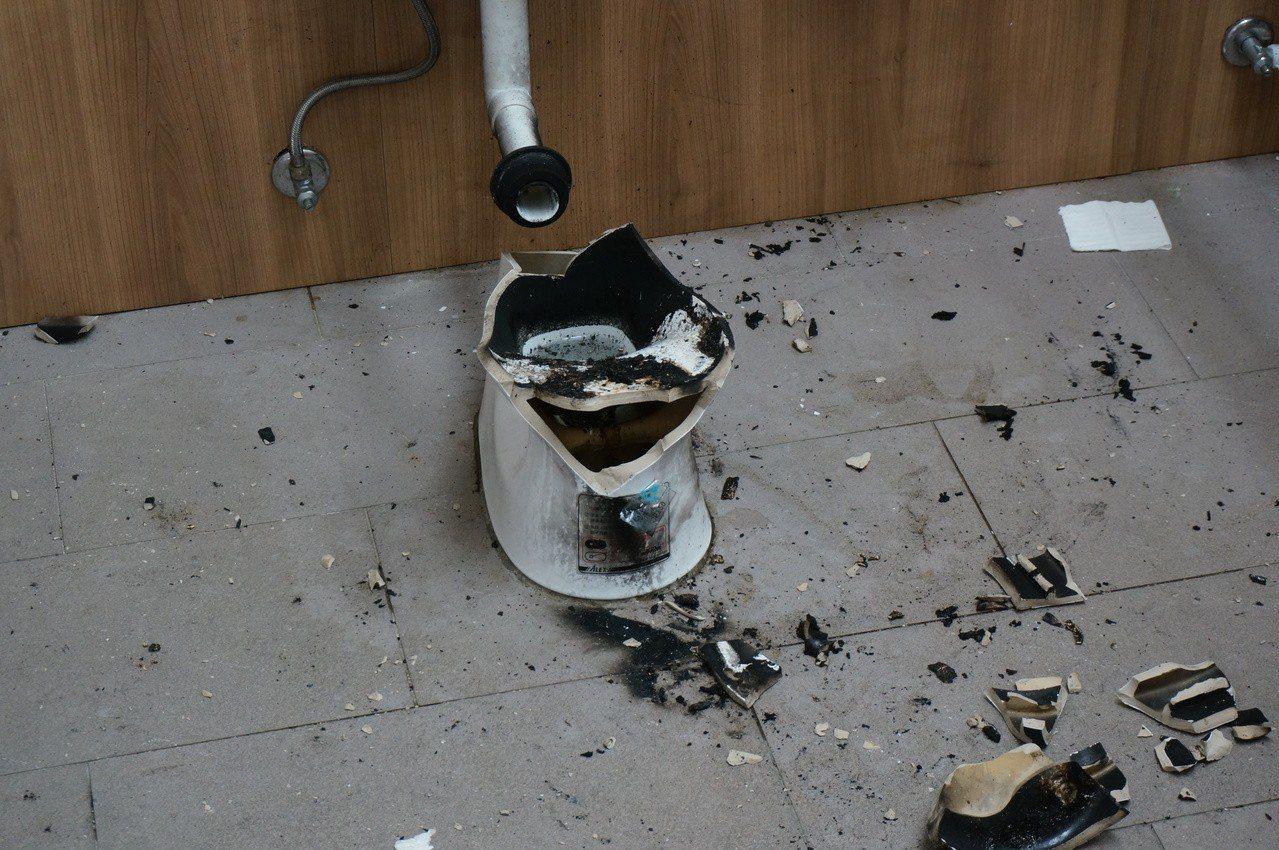 薛姓男子供稱是何姓少年將衛生紙塞入馬桶中燃燒,造成爆裂。記者林伯驊/攝影