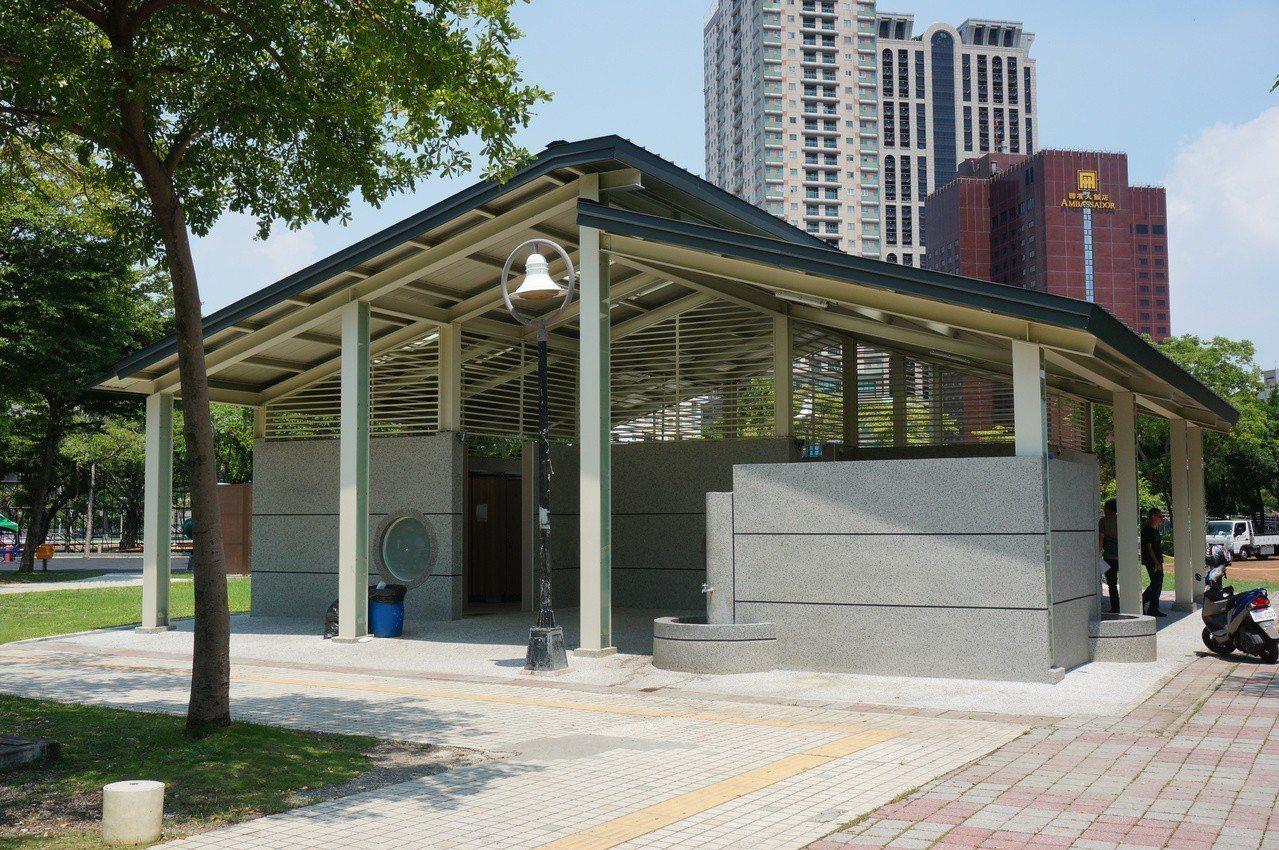 高雄鹽埕區228和平公園的公廁,今年農曆年前才整修翻新。