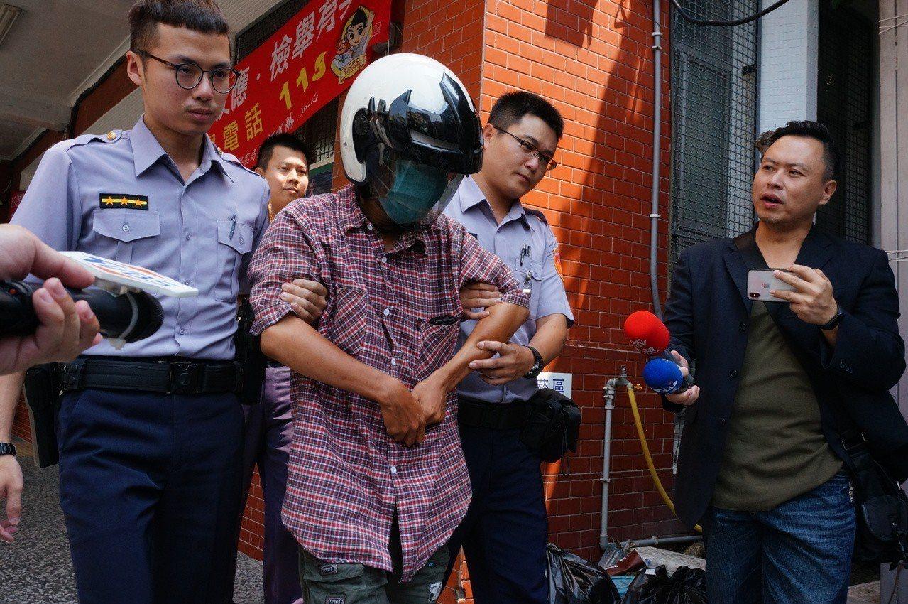 涉案人之一的薛姓男子(左二)。記者林伯驊/攝影