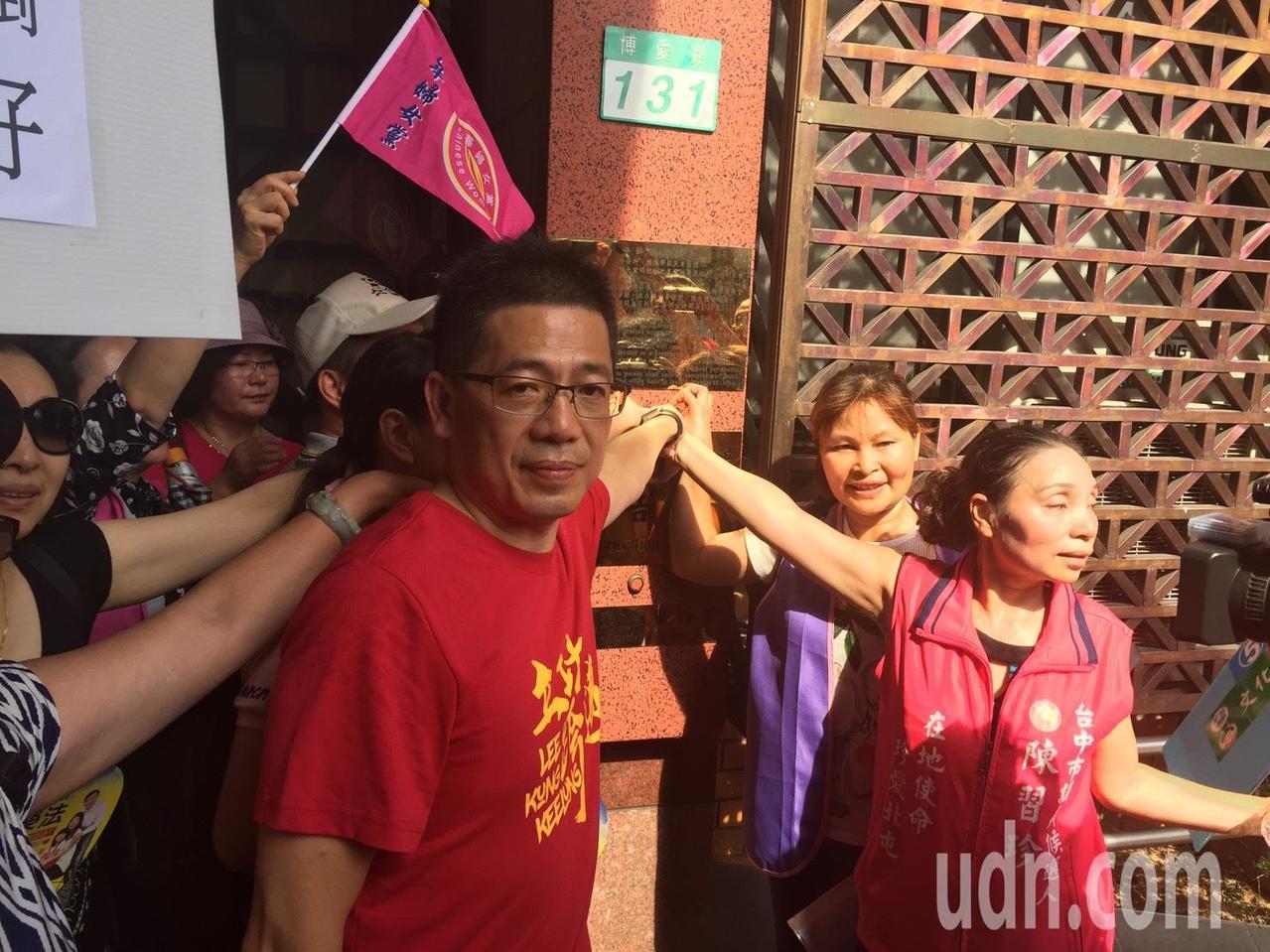 移民署前署長謝立功今天在台北地檢署協助陸配按鈴申告。記者王聖藜/攝影