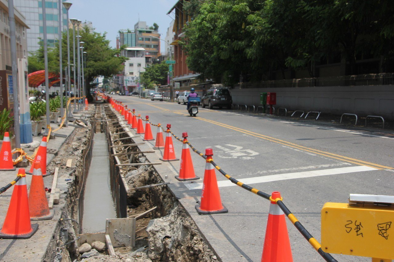 彰化市公所正在進行民生路排水溝改善工程,公所旁的民生路今天因工程車出入,雙向都禁...