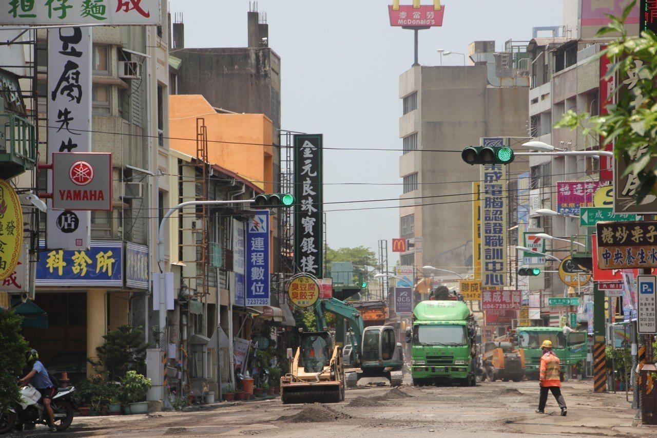 彰化市公所今天正在進行彰化車站前中正路一段舖設柏油道路改善工程,因管制交通,造成...