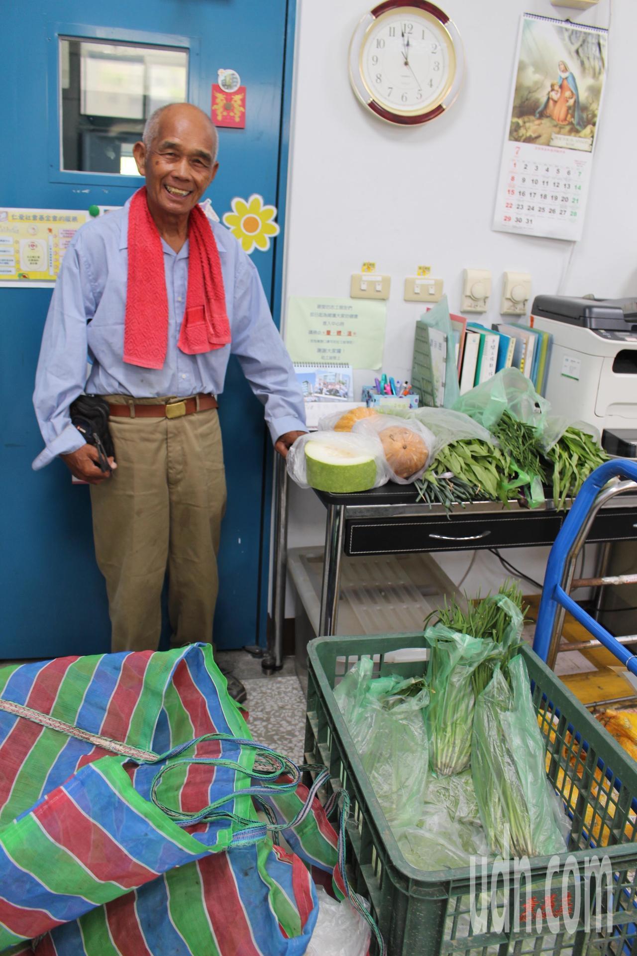 78歲羅榮億為了支付家庭開銷、照顧重度智能障礙者的么子阿源,開始學習種菜、賣菜,...