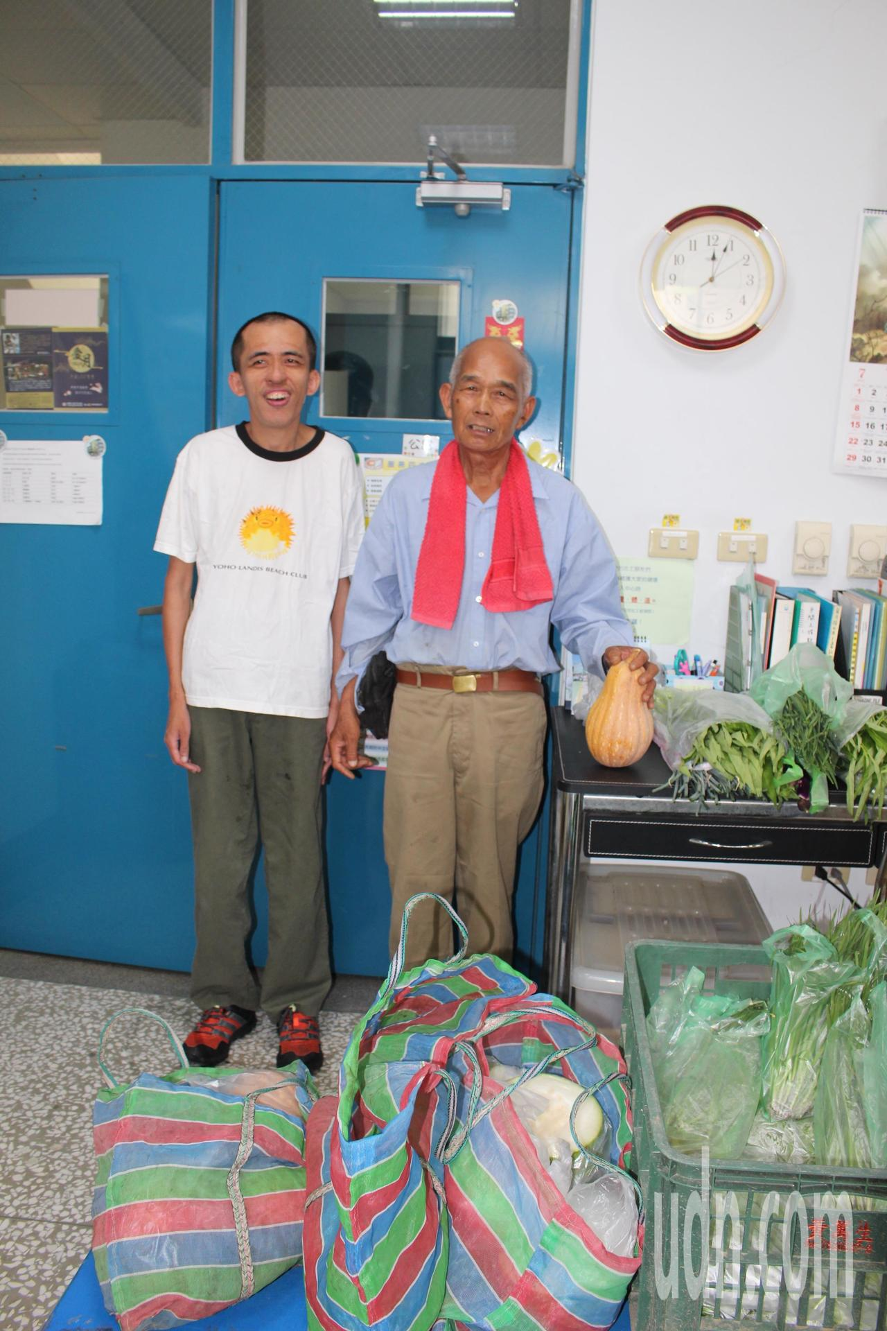 78歲羅榮億(右)為了支付家庭開銷、照顧重度智能障礙者的么子阿源,開始學習種菜、...