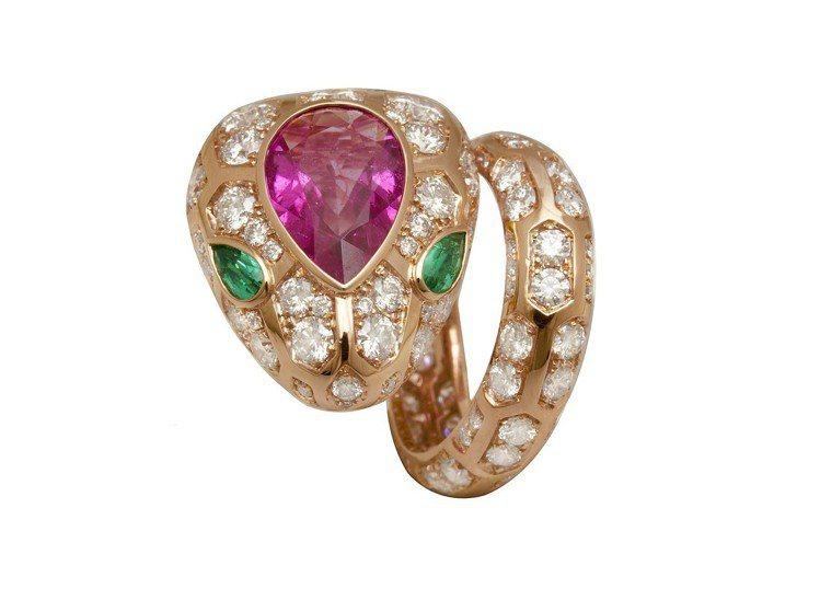 BVLGARI SERPENTI系列頂級祖母綠與紅寶石鑽石戒指。圖/BVLGAR...