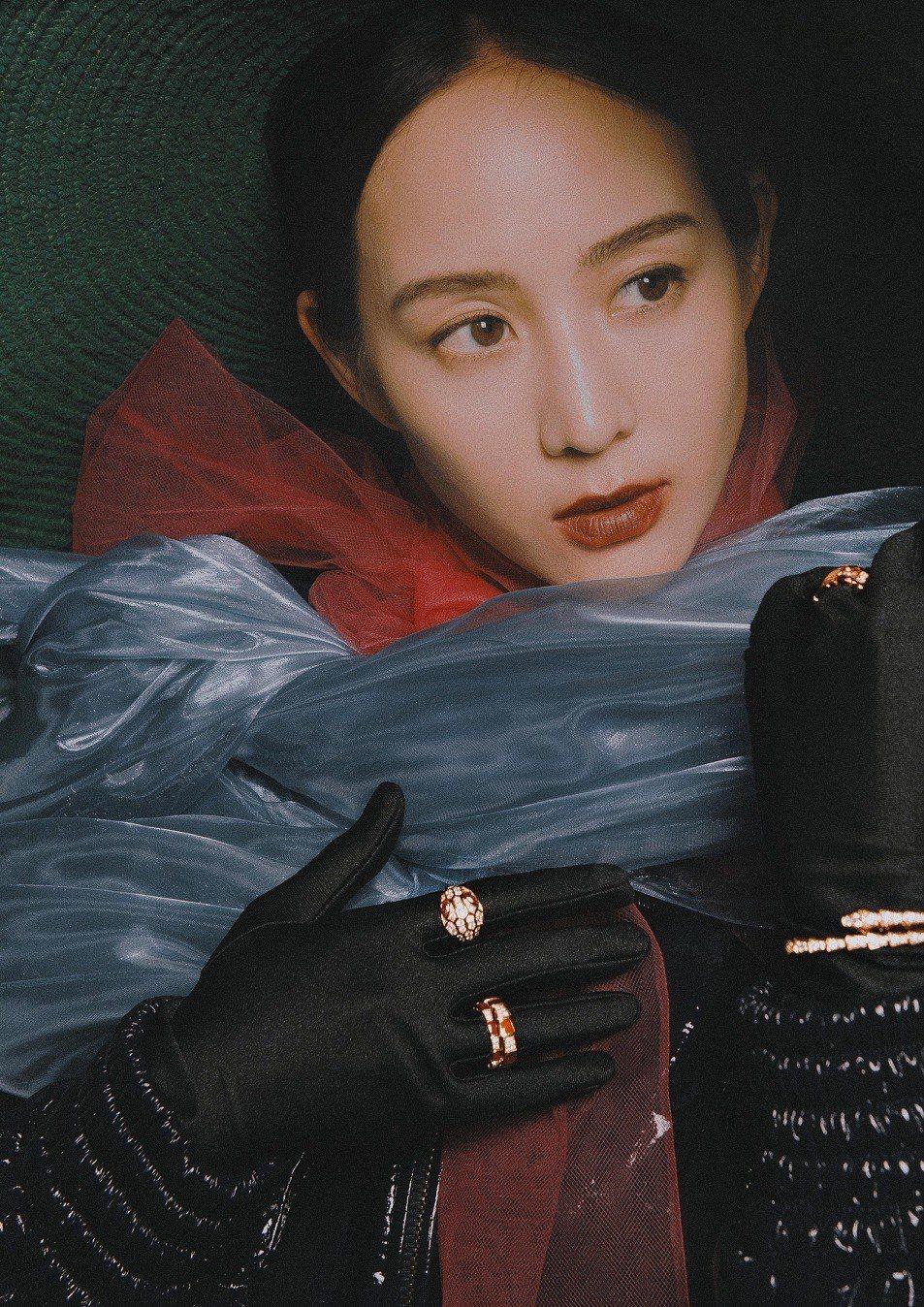 張鈞甯配戴BVLGARI SERPENTI系列珠寶拍攝雜誌封面。圖/《MilkX...