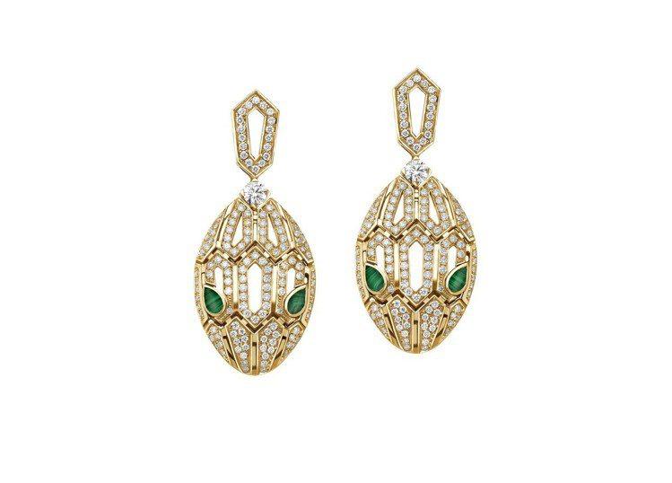 BVLGARI SERPENTI系列黃K金孔雀石鑽石耳環,588,000元。圖/...