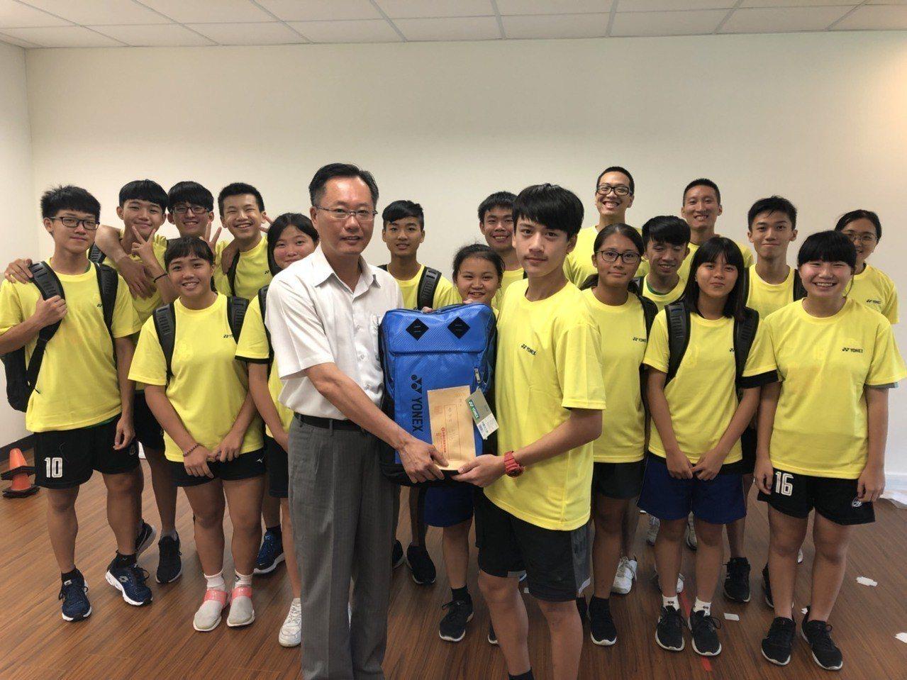 中華藤球協會理事長蔡鴻鵬(前排左)致贈裝備、零用金給小選手。圖/中華藤球協會提供