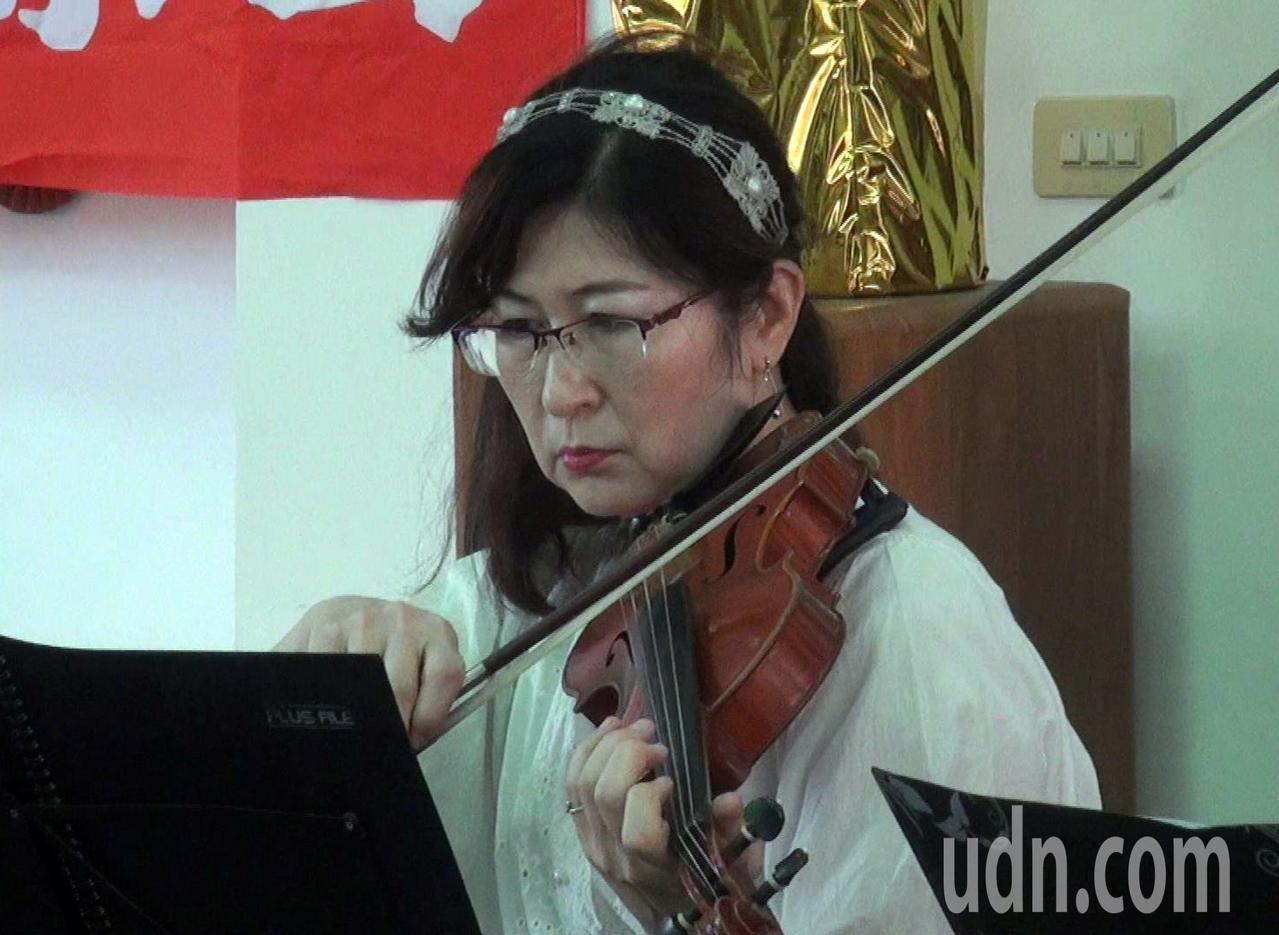 榮耀室內樂團團長郝采雯的母親輕微失智,因兒女的陪伴及音樂,病情獲得控制,她也藉音...