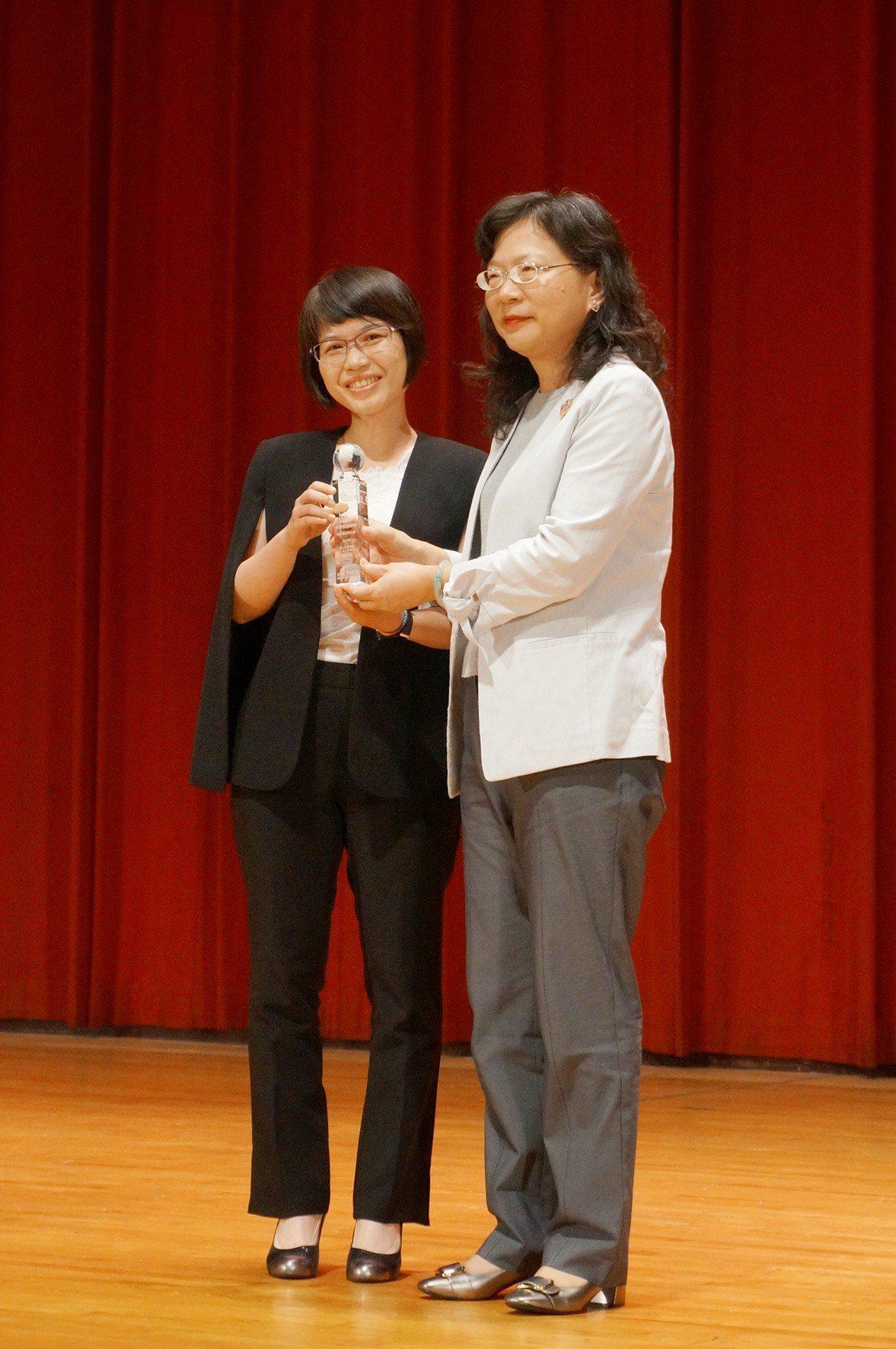 康健人壽客戶價值發展部副總經理陳碧玉(左)出席領獎。圖/康健人壽提供