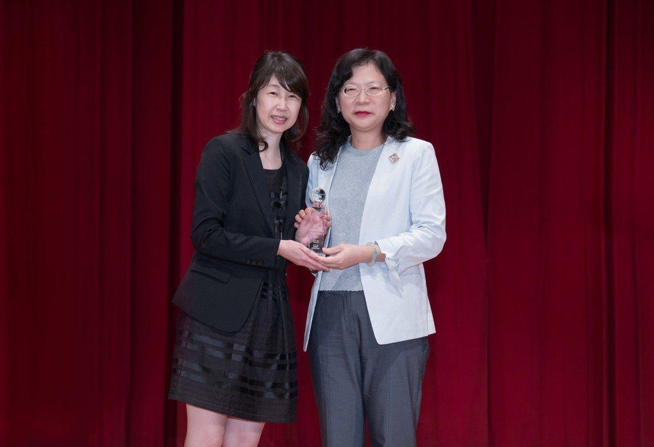 AIA友邦人壽總精算師史靜慈(左)代表領取「信望愛獎-最佳商品創意獎」優選獎座。...