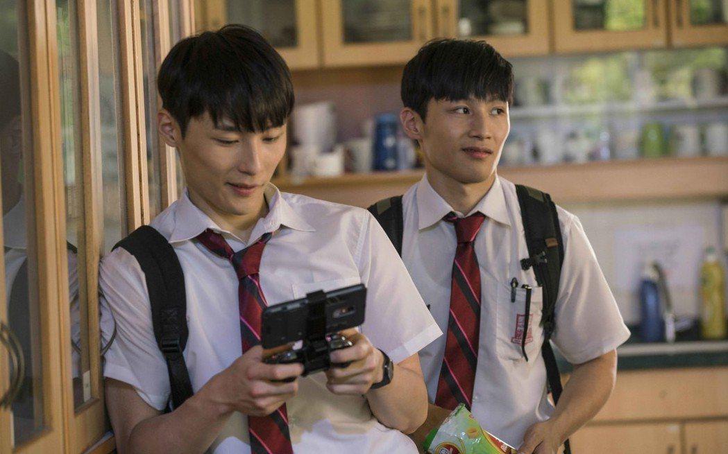 湯君耀(左)、湯君慈在「大師兄」和甄子丹演出表示壓力很大。圖/華映提供