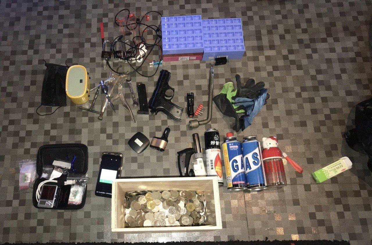 鹿港警分局偵查隊今天下午在台中市南屯區抓到娃娃機竊嫌黃漢宇,並查到安非他命一小包...