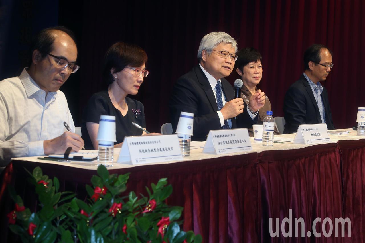 台積電(2330)今天在證交所舉行記者會,總裁魏哲家(中)親自出席對電腦病毒感染...