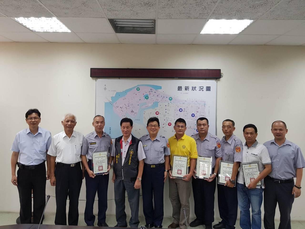 台南市警四分局與警友會舉辦「模範父親表揚活動」,5名員警獲選。圖/四分局人事室提...