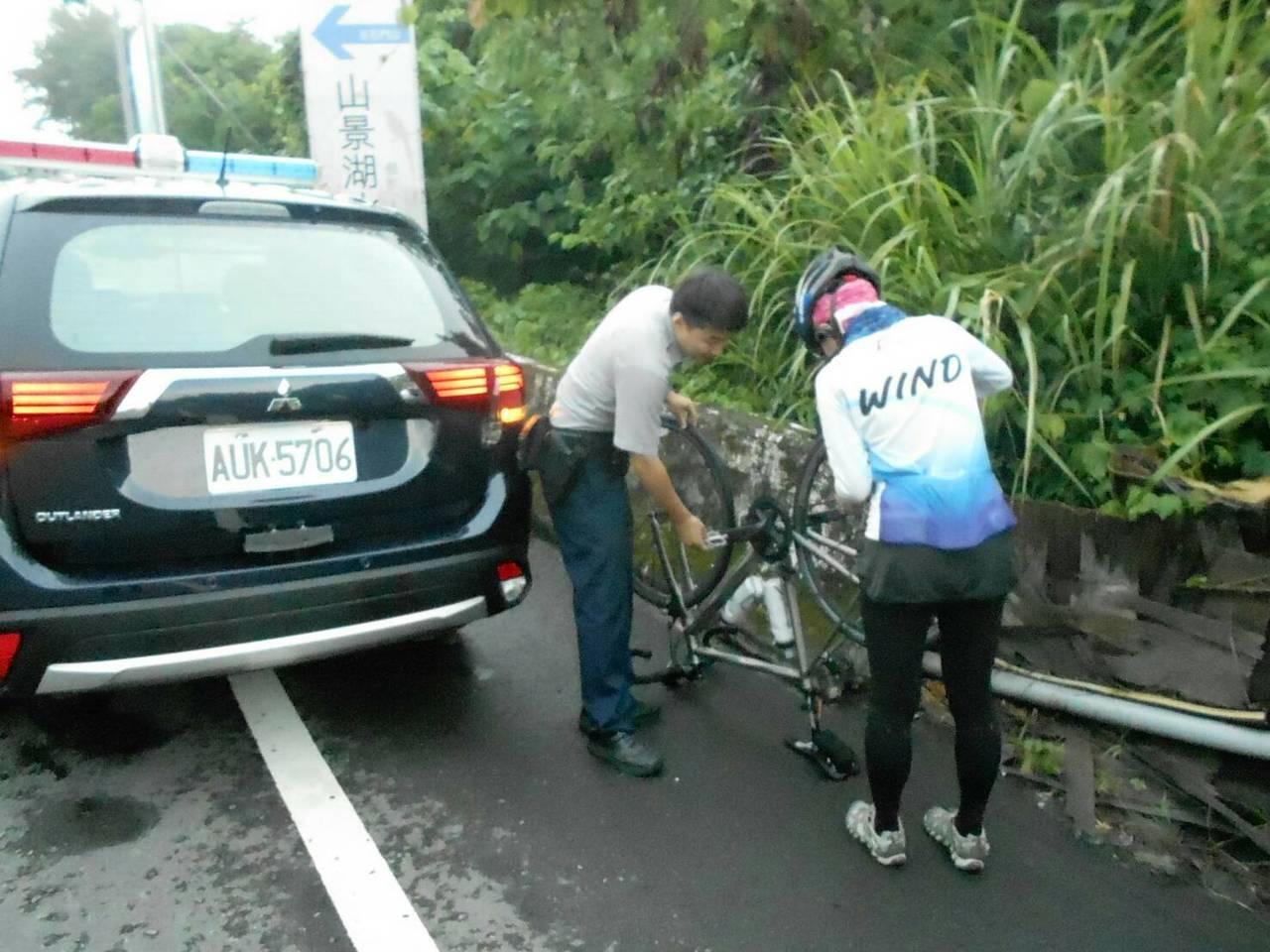警方也幫忙換輪胎。記者鄭國樑/翻攝