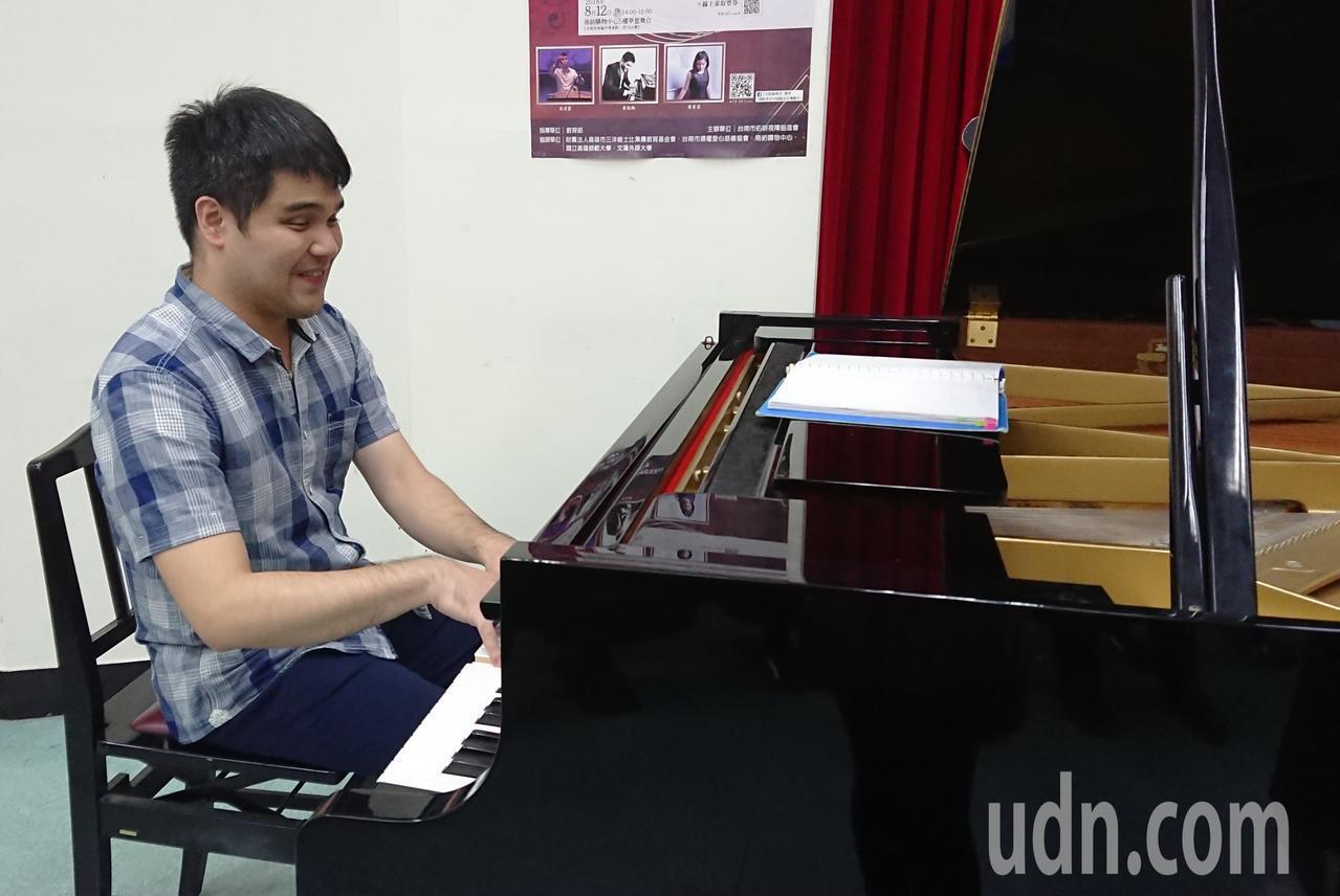 電影「逆光飛翔」男主角黃裕翔也參與演奏會,與日本知名視障演奏家交流對音樂的美妙感...