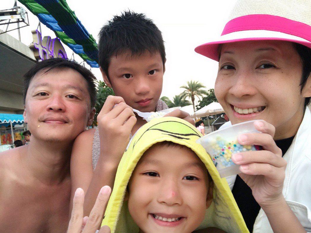 何豪傑、和家馨帶2兒子到海邊游泳衝浪。圖/民視提供