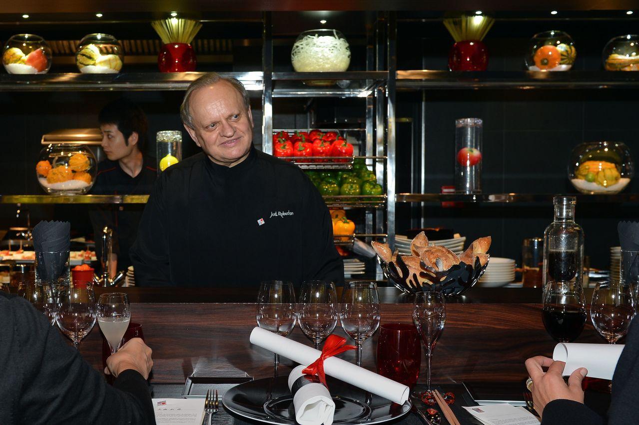 侯布雄2012年在巴黎「侯布雄法式餐廳」的檔案照。侯布雄認為,食客坐在圍繞廚房的...