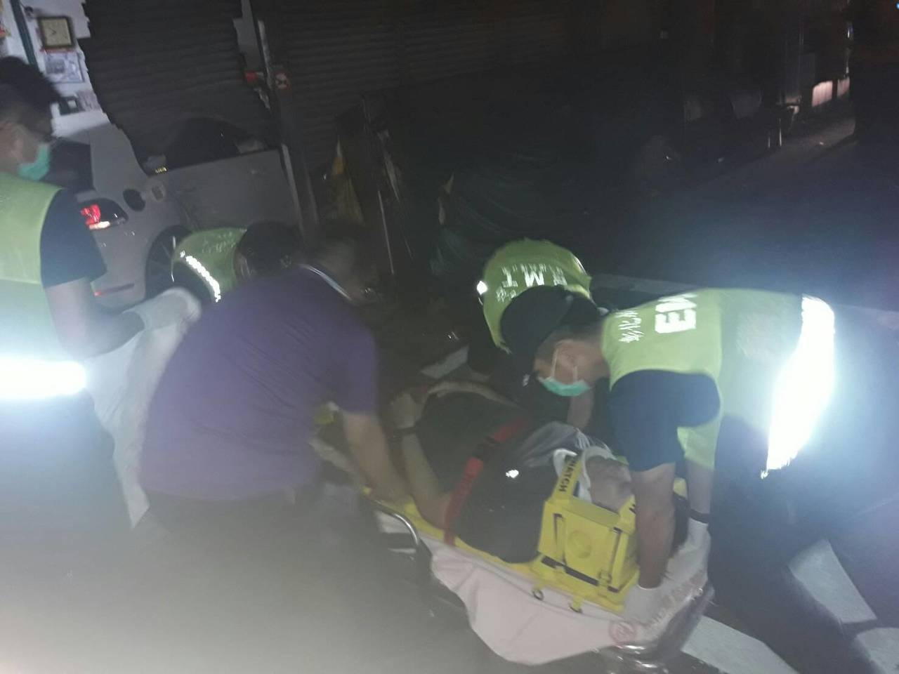 彰化市一德南路與彰南路口一家鍋貼店今晚7點半被一輛轎車衝入,並波及二輛機車,造成...