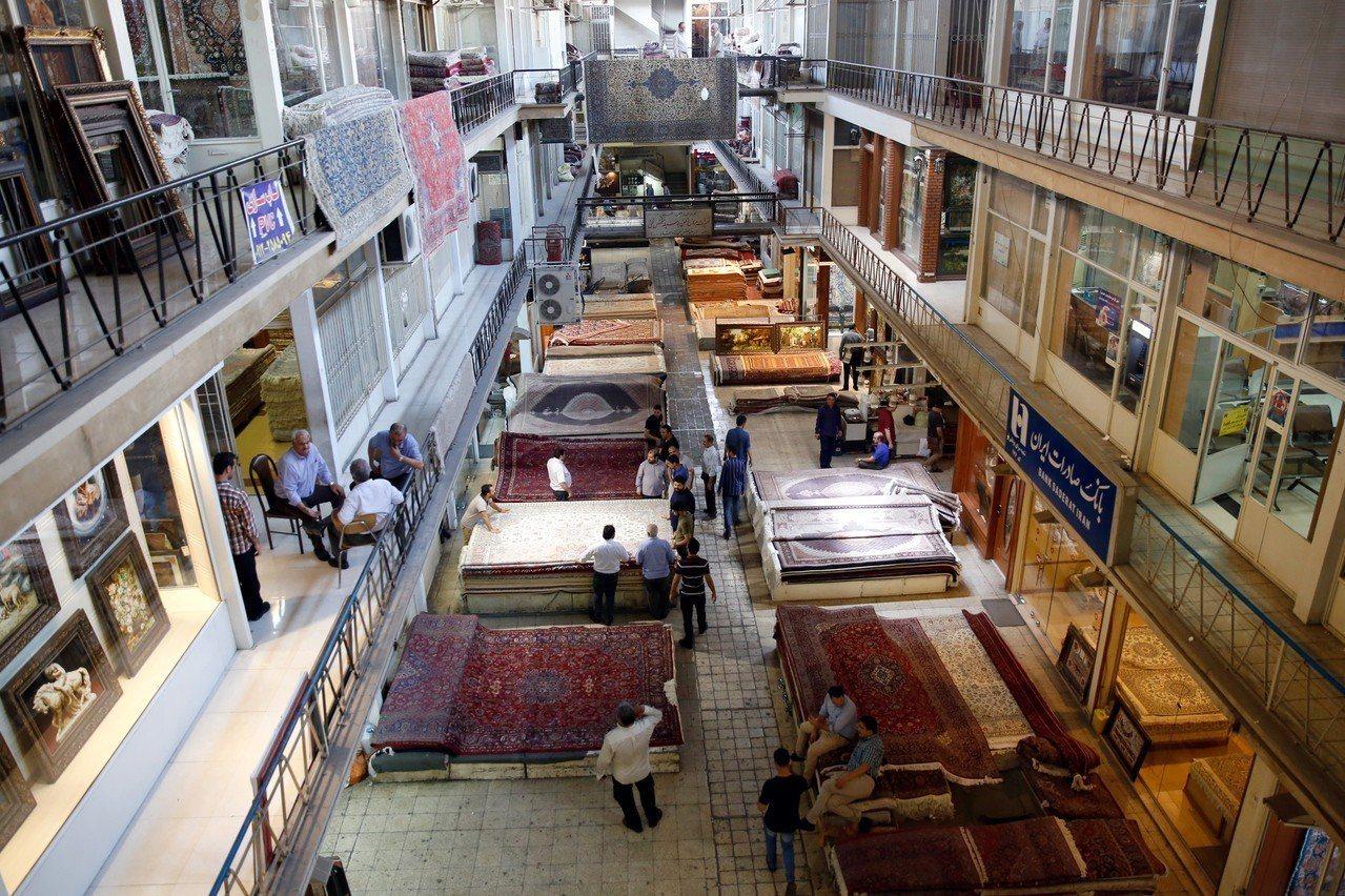 美國7日起實施的制裁將重擊伊朗地毯業。圖為德黑蘭的地毯市集。歐新社