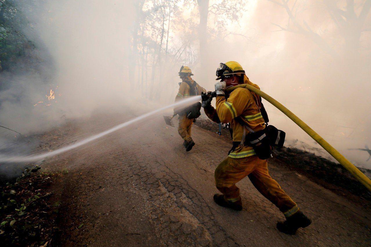 消防人員在加州萊克波特設法撲滅林火。路透