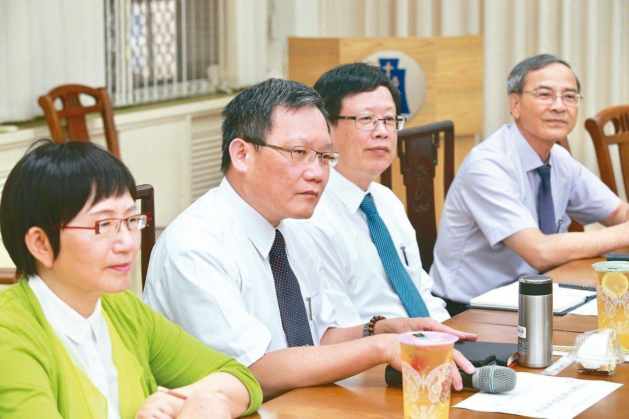 財政部長蘇建榮(左二)昨天表示,不希望減稅「變成經常性的減稅」。一同出席記者會的...