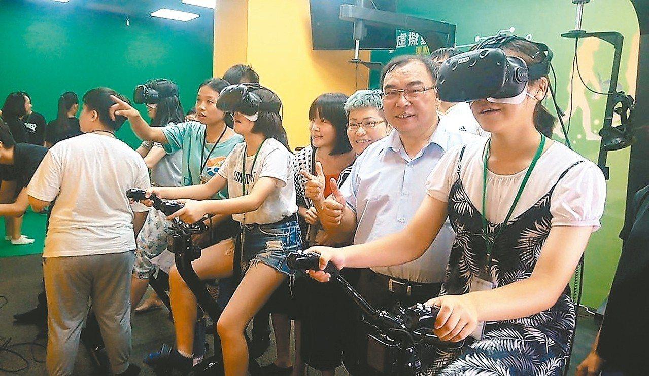 新港藝術高中成立「虛擬實境VR運動教室」,校長王崇懋(右二)昨天陪同日本飛驒市高...