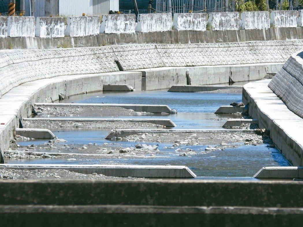 台灣河溪整治造成高度水泥化,已溪不成溪,水利署表示將嚴審地方的水環境計畫。 圖/...