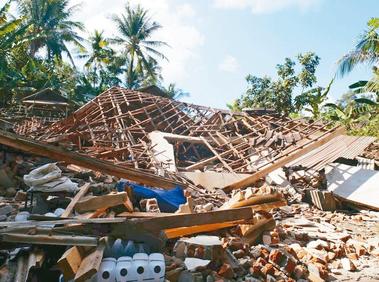 印尼龍目島北部一些房屋在五日的強震中完全倒塌。 (美聯社)