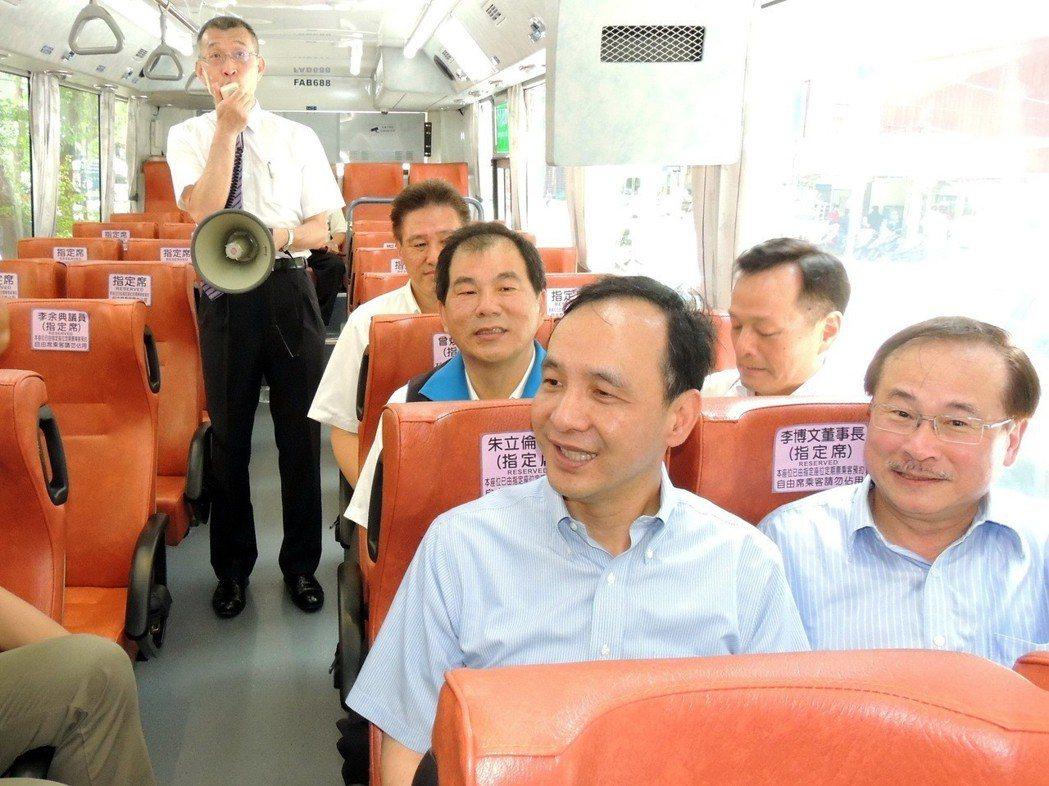 聯合報系願景工程「公車溫柔革命」專題報導,新北市長朱立倫(前左)在臉書分享。 圖...