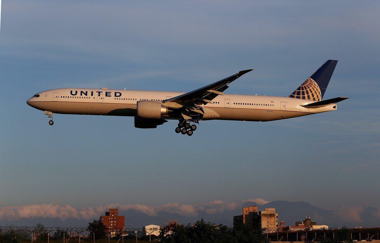 圖為美國聯合航空公司班機降落桃園機場。 記者陳嘉寧/攝影