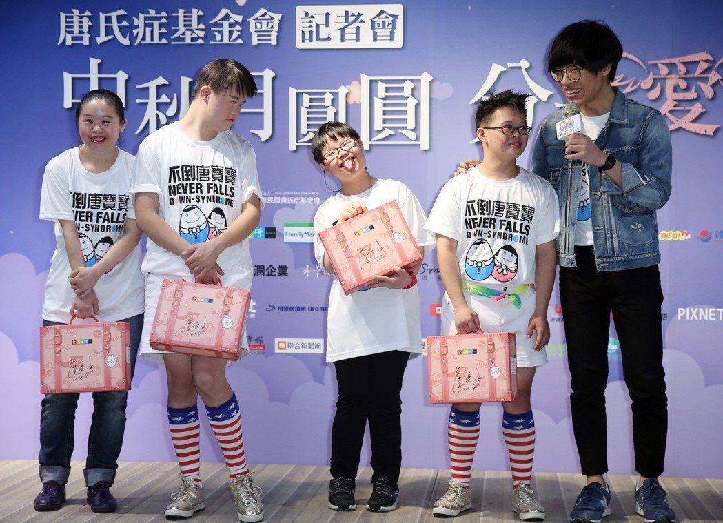 盧廣仲下午出席唐氏症基金會公益活動,表示將捐出金曲獎獎金購買唐寶寶手工餅乾禮盒,...