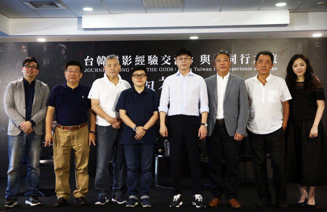 「與神同行」系列導演金容華(右四)與台灣知名監製葉如芬(左四)上午座談,電影圈大