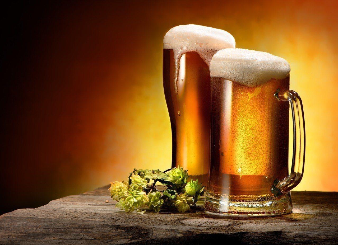 根據研究,喝下一瓶300毫升的啤酒,肝臟平均要2到3小時才能完全代謝,若是用酒測...