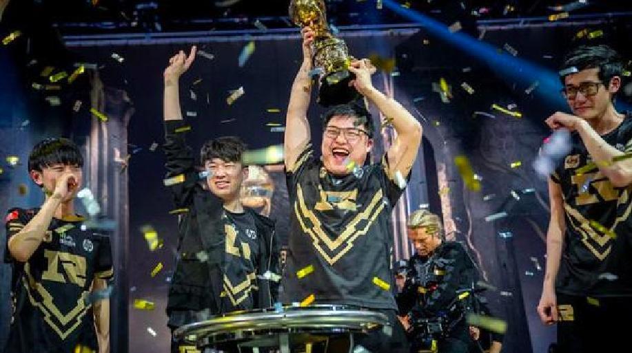 擊敗韓國對手KZ,取得世界冠軍的中國電競隊RNG超級興奮。 圖/取自香港01報導