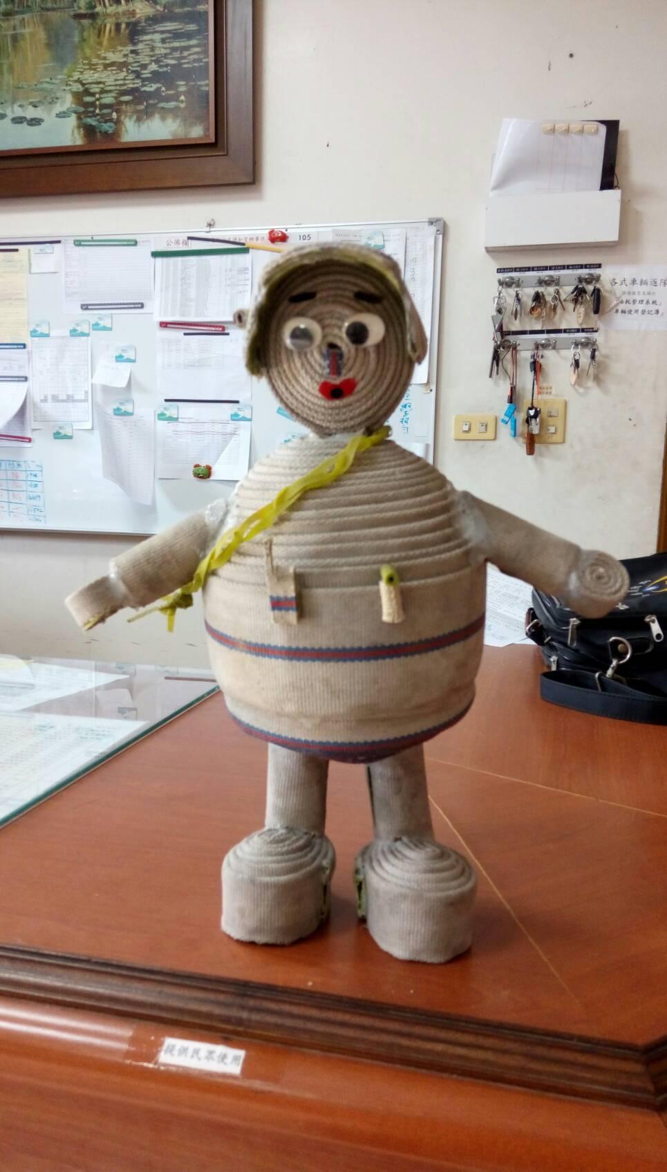 經安定消防分隊員吳明哲巧手,報廢消防水帶也能變身可愛的消防寶寶。 圖/吳明哲提供