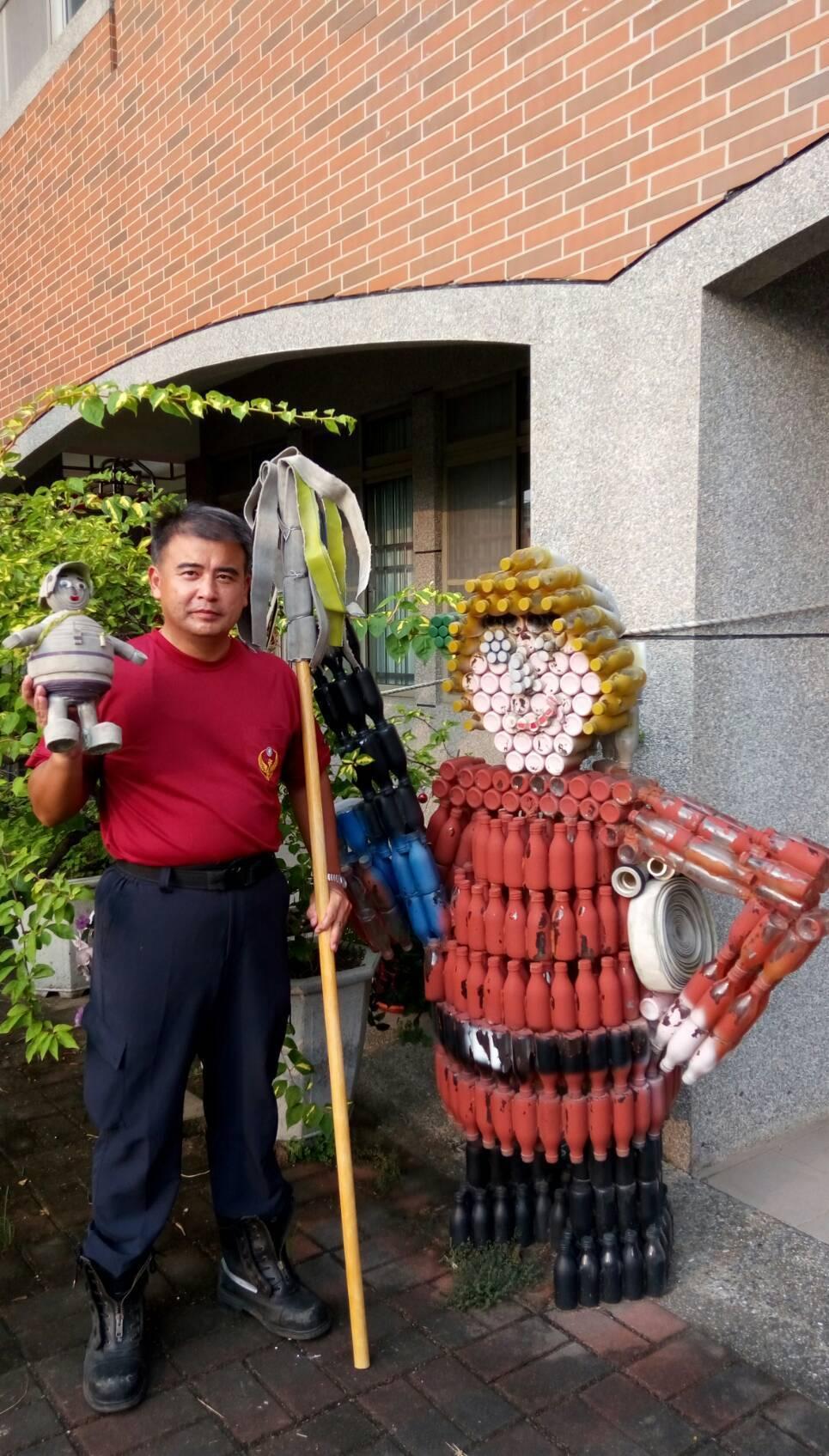 吳明哲利用羊奶瓶製成的大型創作,乃至於廢棄水帶製成的消防寶寶,及撲滅山區野火用的...