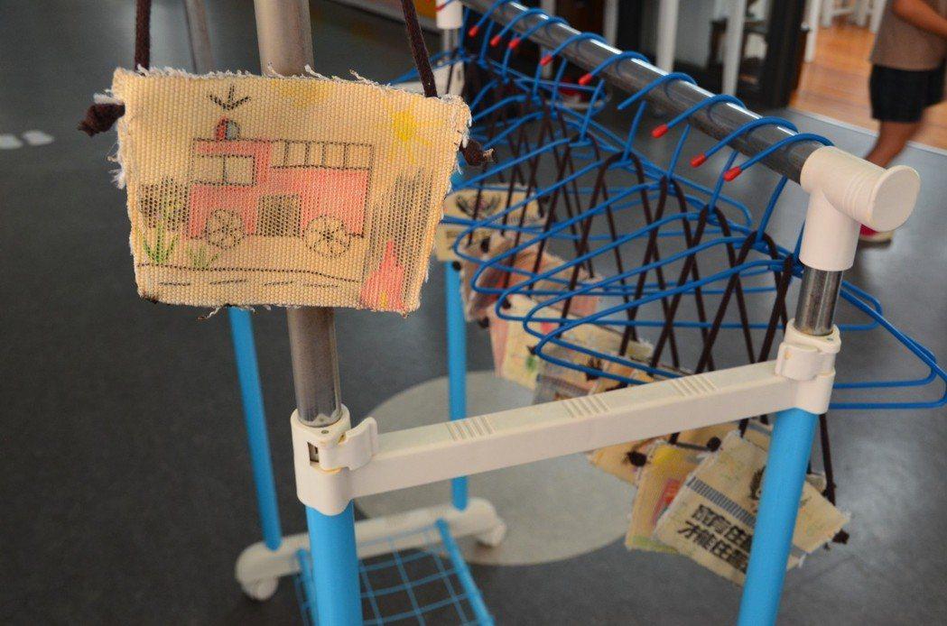 幼兒園學童繪製好環保杯袋,畫上消防車圖案。 記者劉星君/翻攝