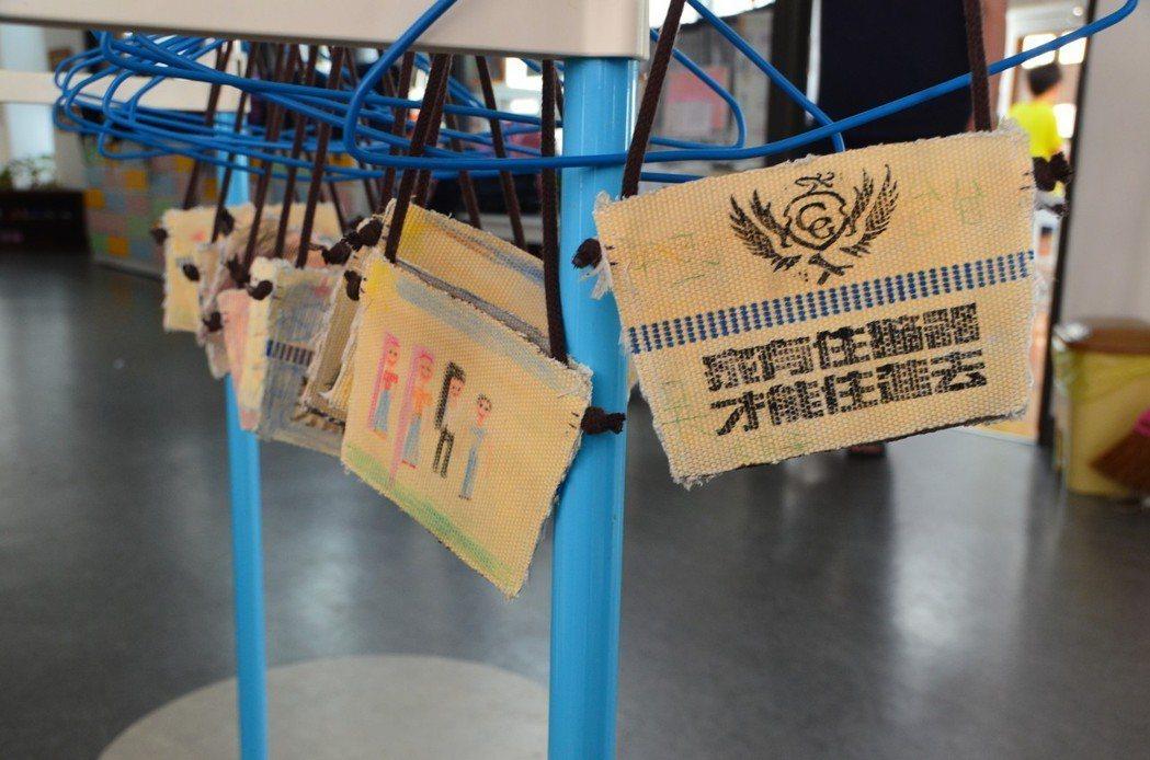 幼兒園學童繪製好環保杯袋,畫上消防車圖案,成功分隊還特別印上宣導語「家有住警器,...