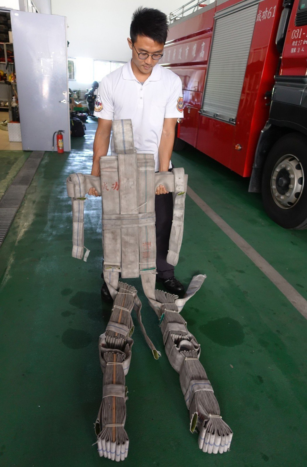 廢棄水帶也被用來組合成假人,模擬成年男性的身形,用於負重訓練。 記者劉星君/攝影