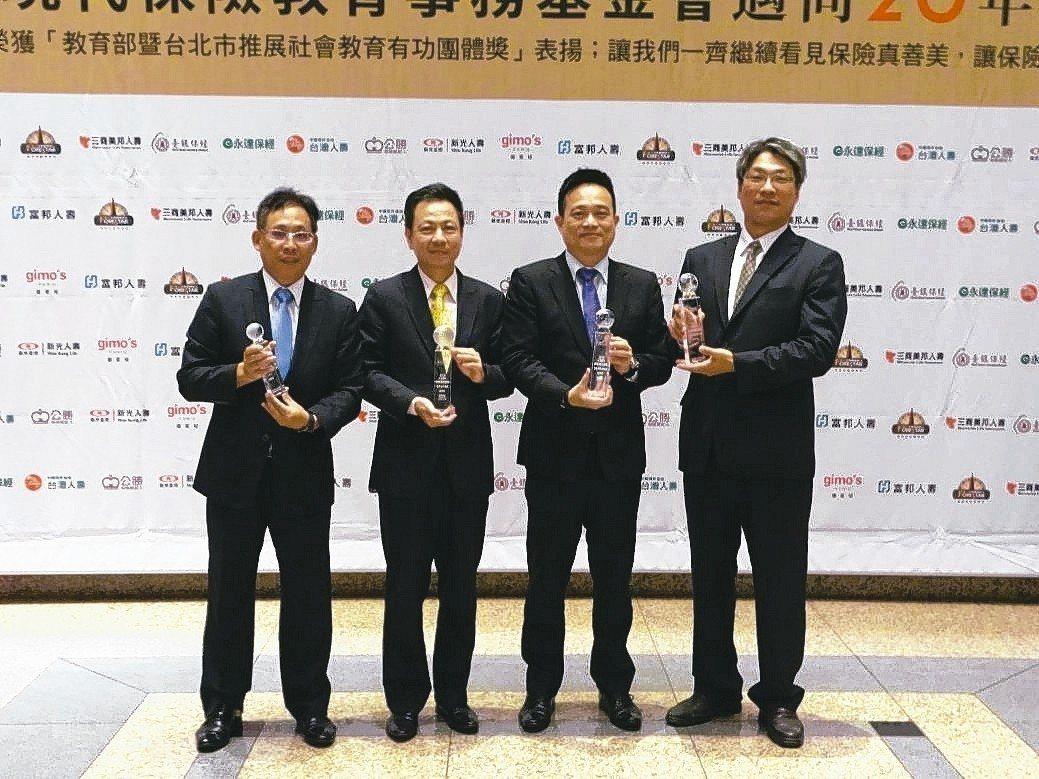 華南產險獲得三大獎一優選的優異成績,由經理許國棟(右起)、經理張鈞傑、經理林子貴...