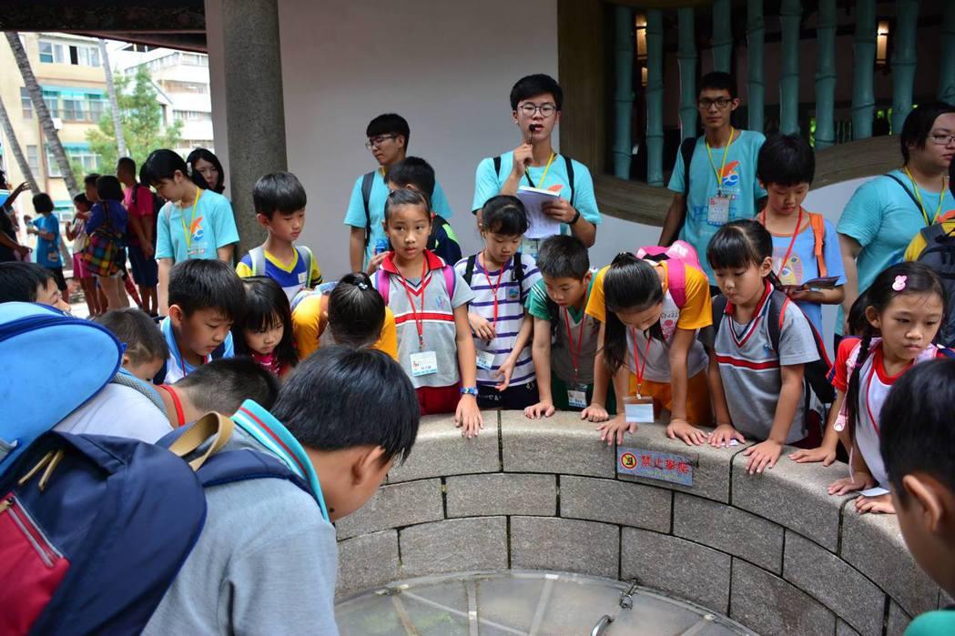 學童仔細聆聽志工的古蹟介紹。 崑山科大/提供