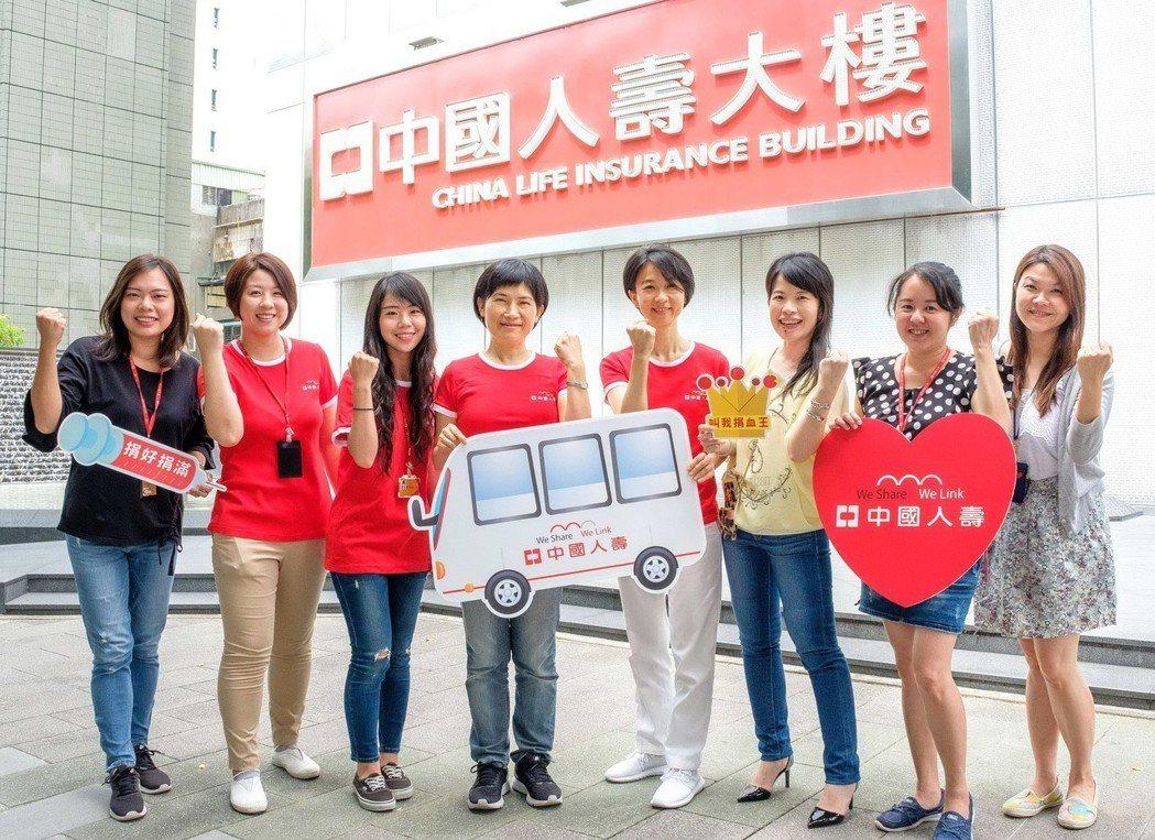 中國人壽捐血活動開跑,總經理黃淑芬(左四)與中壽志工團率先號召同仁與民眾加入行列...