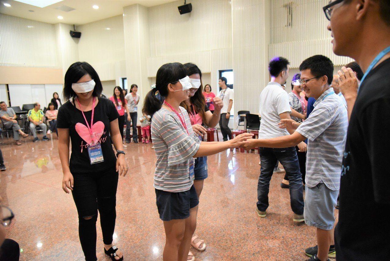 家庭教育中心舉辦「愛在南瀛星空下」情人節活動,情侶、夫妻們體驗「親愛的」互動。 ...