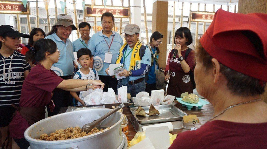 水保局委員購買攤商阿嬤煮呷的八寶丸,以行動支持崎聚市集營運。 崑山科大/提供