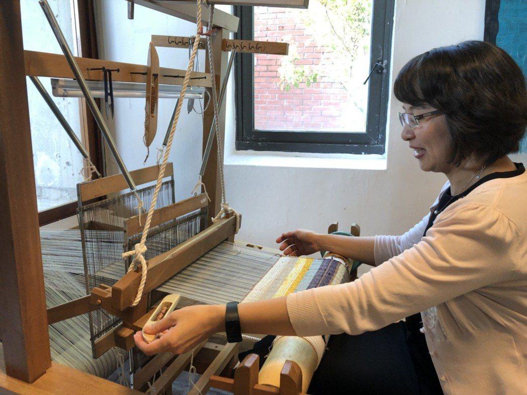 全聯善美的文化藝術基金會羅欣怡執行長體驗緙絲織布機。傳藝中心/提供