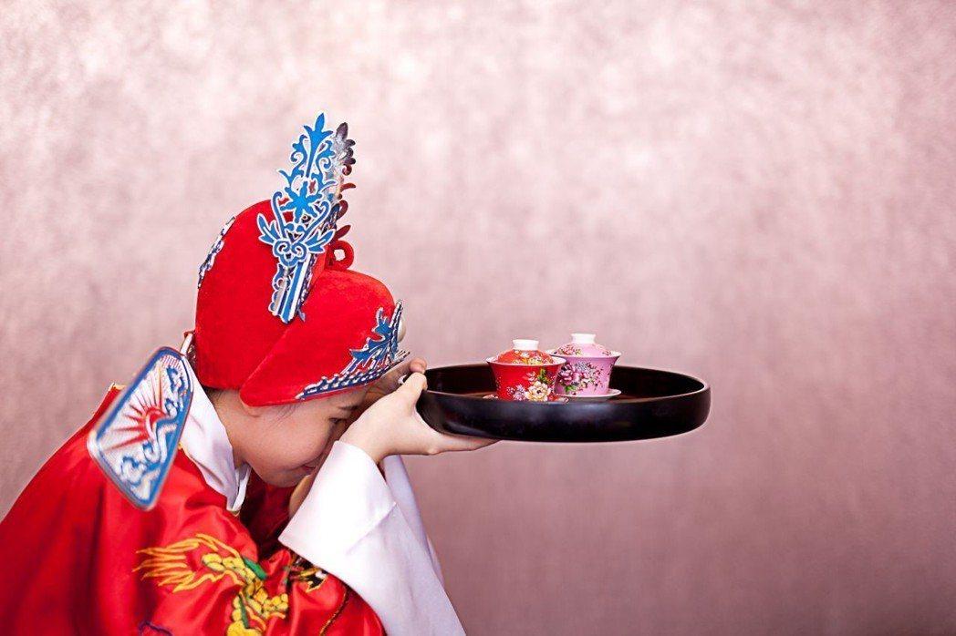 「台南做16歲」習俗,藉由奉茶儀式,感謝父母養育提攜之恩。  大億麗緻 提供