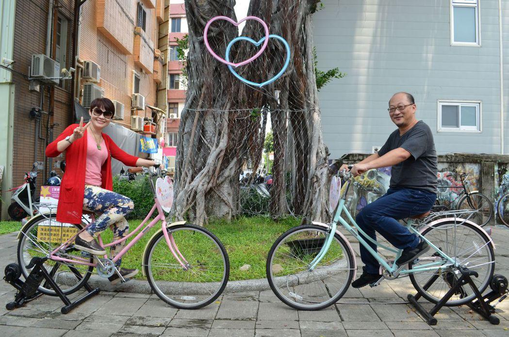 「愛情發電機」讓戀人們共踩腳踏車,就可傳送愛情電力、點亮見證愛情的光。  陳慧明...