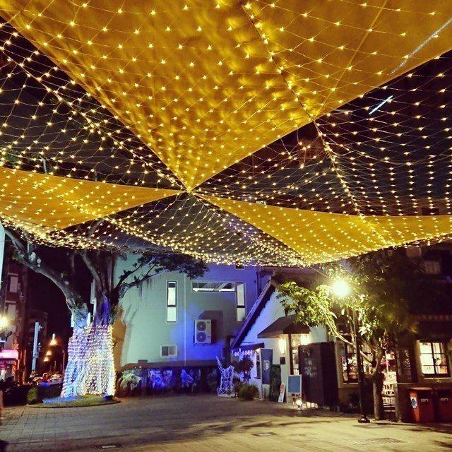 藍晒圖文創園區的「夏戀‧星空」裝置藝術,以燈光點綴成為閃爍的星空。  文化局 提...